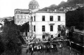 Η Γερμανική Σχολή (5ο Γυμνάσιο – Λύκειο) στις οδούς Πρασσά και Αραχώβης (νυν Μερλιέ)
