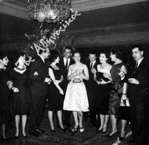 Η Μαρίνα Βλαντύ περιτριγυρισμένη από Έλληνες ηθοποιούς. Ανάμεσά τους διακρίνονται οι Λάμπρος Κωνσταντάρας, Κάκια Αναλυτή, Πέτρος Φυσσούν, Γιώργος Φούντας κ.ά.